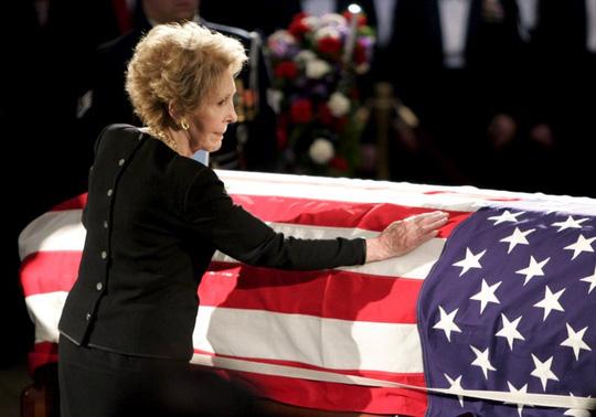 Bà Nancy bên quan tài chồng năm 2004. Ảnh: Reuters
