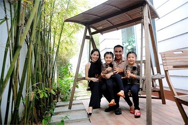 Quyền Linh giờ đây đang sống hạnh phúc cùng vợ và 2 con gái.