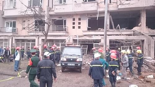 Xe công binh chở cát vào hiện trường để giữ chắc các cột nhà, chống sập.