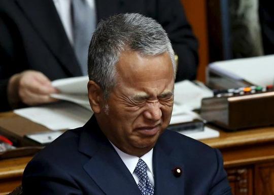 Ông Akira xin lỗi vì những chuyện đã xảy ra nhưng phủ nhận cáo buộc nhận hối lộ. Ảnh: Reuters