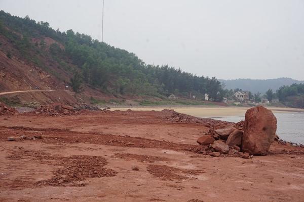 Doanh nghiệp đổ đất làm đường tránh vị trí nguy hiểm, nhưng dân ngăn cản vì chưa nhận được tiền hỗ trợ