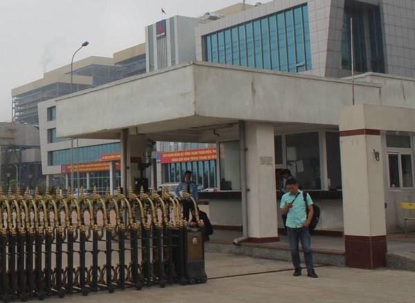 Sáng 22.4, sau khi đoàn công tác của Bộ TNMT đi vào KCN Vũng Áng, các phóng viên được mời... đi ra khỏi cổng. Ảnh: Trần Tuấn