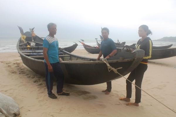 Tình trạng thuyền ở xã Kỳ Nam nằm bờ sau thảm nạn cá chết. Ảnh: Trần Tuấn