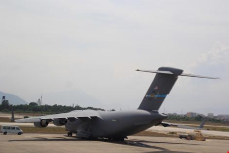 Chiếc C17 chở xe cộ, hàng hóa dự phòng phục vụ Tổng thống Mỹ Obama tại sân bay Đà Nẵng. Ảnh: LÊ PHI