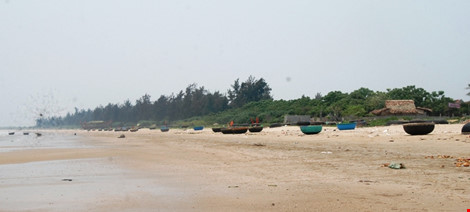 Các tàu, thuyền nan, thuyền thúng được bà con ngư dân xã biển Cảnh Dương kéo lên bờ.