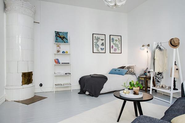 Giường ngủ nhỏ nhắn, đơn giản với sự đối lập màu sắc của ga giường và chăn.