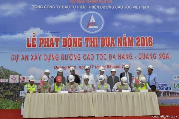Thứ trưởng Bộ GTVT Nguyễn Ngọc Đông chứng kiến các bên ký cam kết thi đua năm 2016