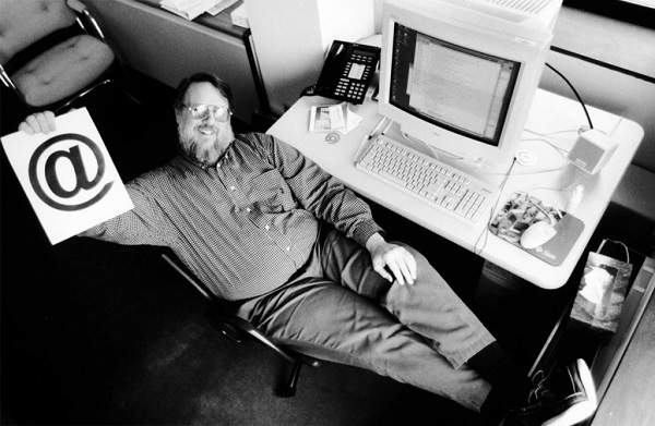 Ray Tomlinson được đưa tên vao Internet Hall of Fame (tạm dịch: Hội trường Danh vọng ngành Internet) vào năm 2012.