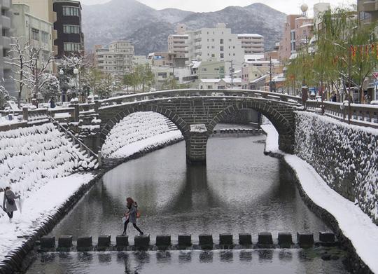 Cầu Megane ở Nagasaki, một trong những cầu đá xưa nhất Nhật Bản, giữa làn tuyết trắng. Ảnh: AP