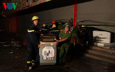 Lực lượng Công an tỉnh Quảng Trị giúp dọn đồ đạc còn sót lại sau vụ cháy