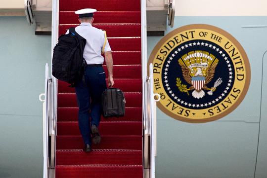 Chiếc cặp lúc nào cũng ở cạnh tổng thống Mỹ. Ảnh: AP