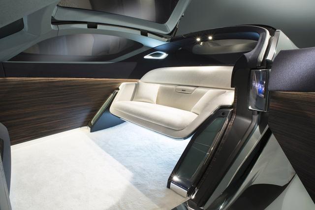 Không gian nội thất về cơ bản là một phòng khách với ghế ngồi chỉ dành cho 2 người bằng chất liệu lụa. Vô-lăng không còn xuất hiện trên Vision 100.