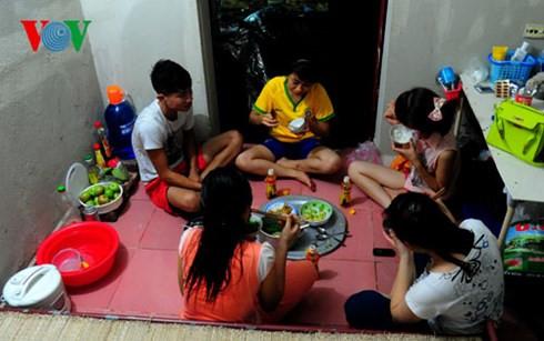 Một bữa cơm của các nữ công nhân KCN Yên Phong (Bắc Ninh)