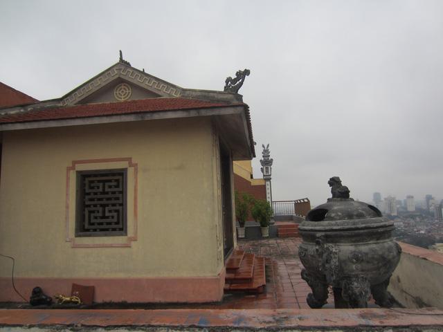 Một góc sân thờ trên nóc chung cư cao cấp.