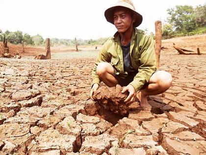 Người dân vùng Tứ giác Long Xuyên đang đau đầu vì hạn nặng.