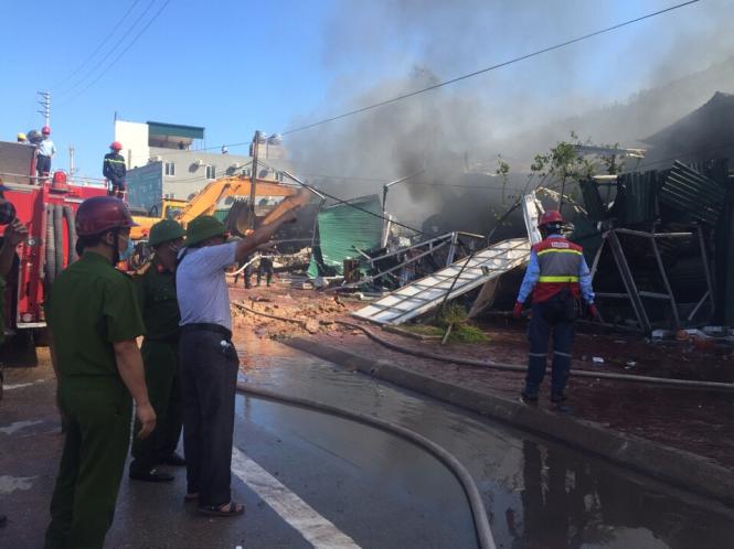 Lãnh đạo Cảnh sát PCCC tỉnh Thanh Hóa có mặt tại hiện trường chỉ đạo chữa cháy - Ảnh: Hà Đồng