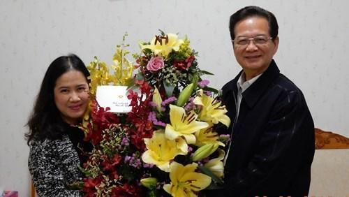 Thủ tướng Nguyễn Tấn Dũng tặng hoa cho nhà văn Nguyễn Thị Thu Huệ.
