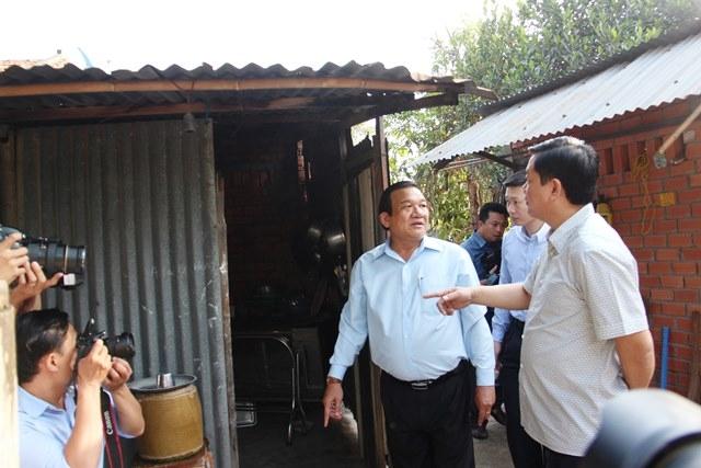 Bí thư Thành ủy Đinh La Thăng ra tận phía sau để kiểm tra tình trạng căn nhà của mẹ Phạm Thị Tư
