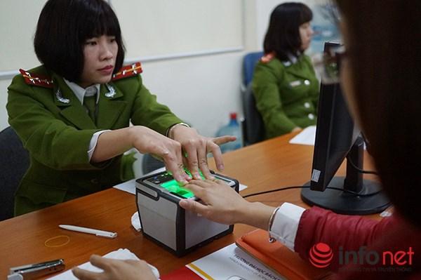 Chiến sĩ công an tiến hành thủ tục làm Thẻ căn cước cho công dân.
