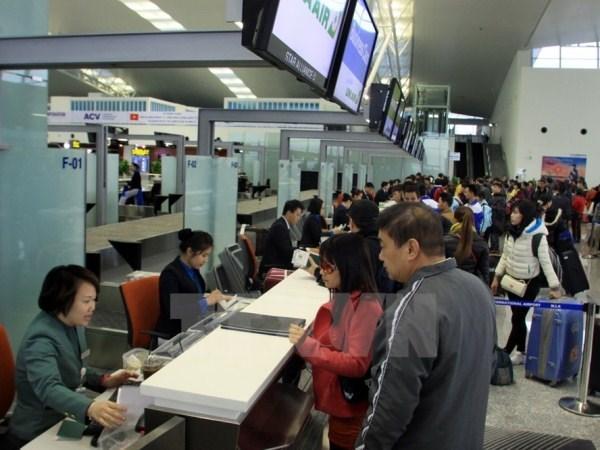 Hành khách làm thủ tục lên chuyến bay. (Ảnh: Trọng Đạt/TTXVN)