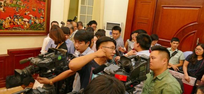 Đông đảo báo chí có mặt tại trụ sở Ủy ban Trung ương MTTQ VN để phỏng vấn Chủ tịch Nguyễn Thiện Nhân - Ảnh: Lê Kiên