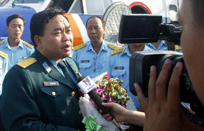 Đại tá Lê Kiêm Toàn, lữ đoàn trưởng lữ đoàn không quân 918. Ảnh chụp ngày 9-3-2014, khi đại tá Toàn vừa lái chiếc CASA-212 xuống sân bay Tân Sơn Nhất sau khi bay tìm kiếm máy bay MH370 của Malaysia - Ảnh: V.SỰ
