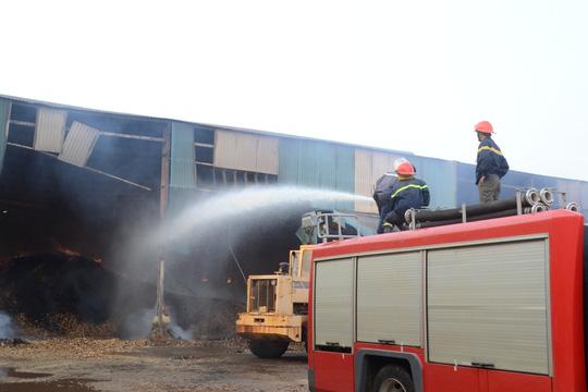Sau 5 ngày, đám cháy tại nhà kho của doanh nghiệp tư nhân Phú Lợi vẫn chưa thể dập tắt