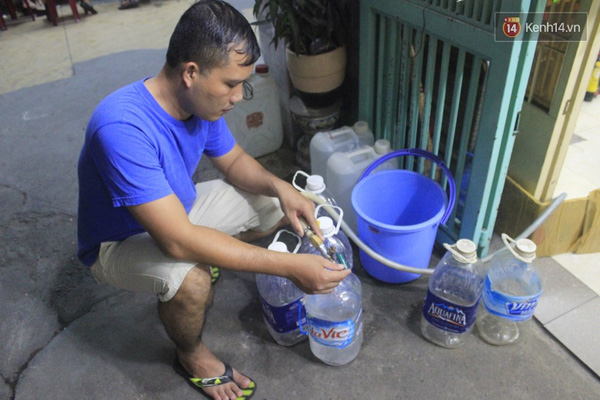 Hàng ngày anh Bắc và các hộ dân sống tại các tầng trên của chung cư phải mua nước máy để sử dụng.