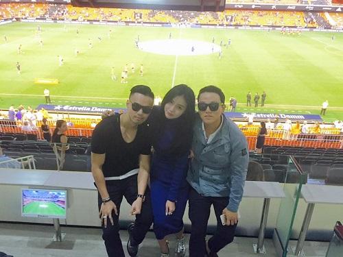Denis Do (ngoài cùng bên trái) và Kim Lim, David đi xem đá bóng ở Tây Ban  Nha