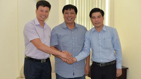 Ông Nguyễn Thanh Hiếu -Phó Tổng giám đốc Công ty BMC (bên phải) tại buổi lễ ký nhận thanh toán ngày 31/3.