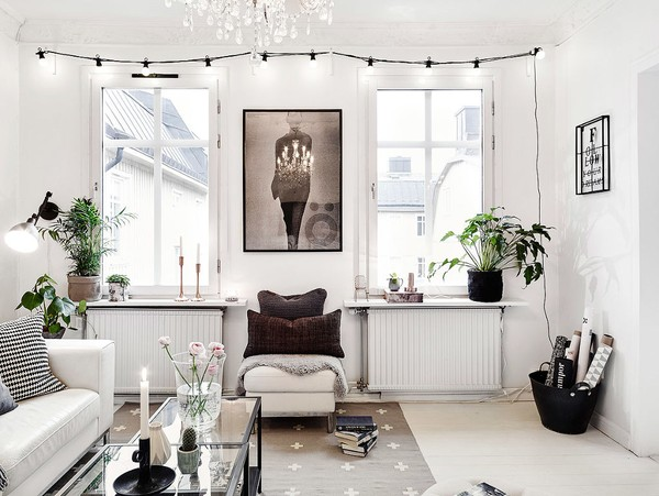 Những món đồ nội thất được lựa chọn khéo léo được làm nổi bật trên nền trắng chủ đạo của căn hộ.