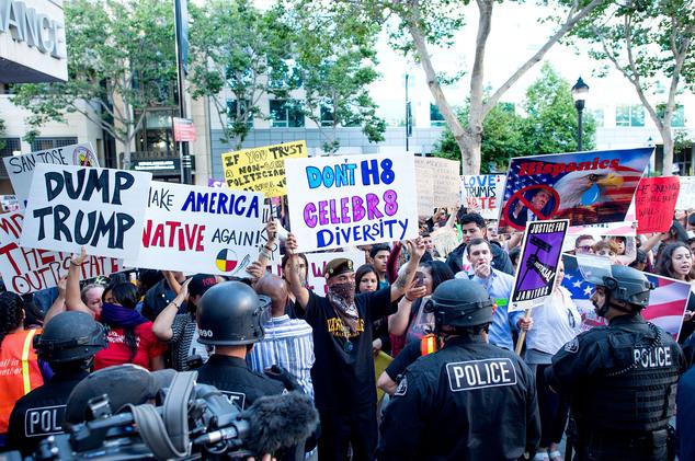 Những người đến biểu tình đứng tràn ra đường. Cảnh sát phải can thiệp để đảm bảo phương tiện giao thông đi lại bình thường. Ảnh Noah Berger/ AP Photo