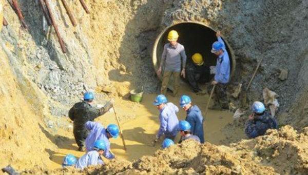 Đường ống nước Sông Đà 1 liên tục vỡ khiến hơn 70.000 người dân khổ sở vì thiếu nước sinh hoạt
