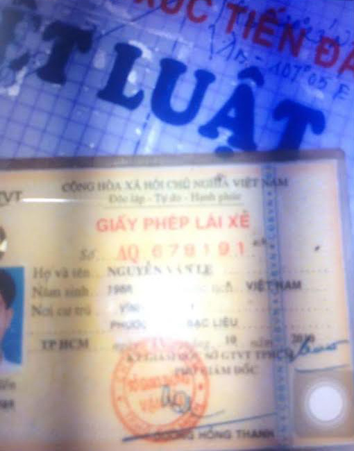 Giấy tờ cá nhân của Nguyễn Văn Lẹ - tài công có mặt trên sà lan, người được cho là đã bỏ trốn khỏi hiện trường sau sự cố.