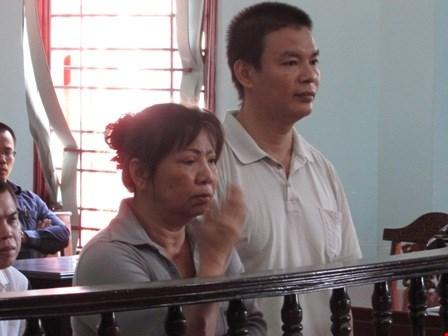 Hai bị cáo Nga (bìa trái) và Nhã tại phiên tòa xét xử ngày 7-1. Ảnh: N.NAM