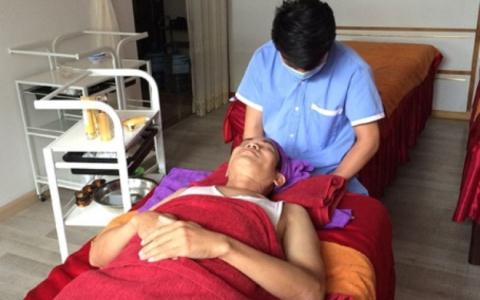 Nhân viên cơ sở thuộc Thiên Ngọc Minh Uy chăm sóc thẩm mỹ cho khách hàng.