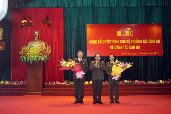 Thứ trưởng Bùi Quang Bền trao quyết định và chúc mừng hai đồng chí: Nguyễn Văn Trung, Phạm Hồng Tuyến. Ảnh CAND