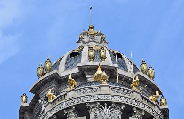 Biệt thự này được mệnh danh là Lâu đài gà vàng vì chủ nhân của chúng cho dát vàng 6 chú gà trên nóc biệt thự.
