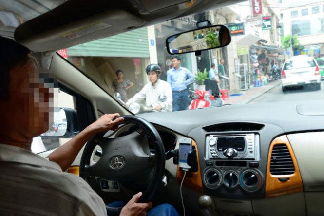 Cho đến nay, Nhà nước vẫn chưa thu được thuế của Uber. Quy định mới nhất về thuế đối với Uber do Tổng cục Thuế ban hành lại gây nhiều tranh cãi. Trong ảnh: một tài xế Uber chở khách tại TP.HCM - Ảnh: T.T.D.
