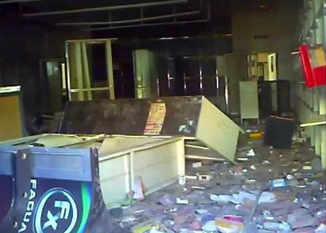Khung cảnh tan hoang trong một cửa hàng sau khi bị cướp bóc - Ảnh: Reuters