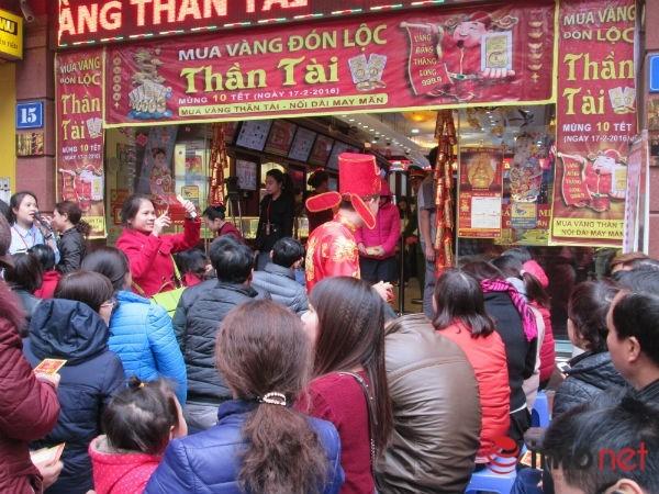 Đại diện cửa hàng Vàng bạc Phú Qúy cũng dự đoán lượng vàng bán ra tăng gấp đôi so với ngày Thần Tài năm ngoái.