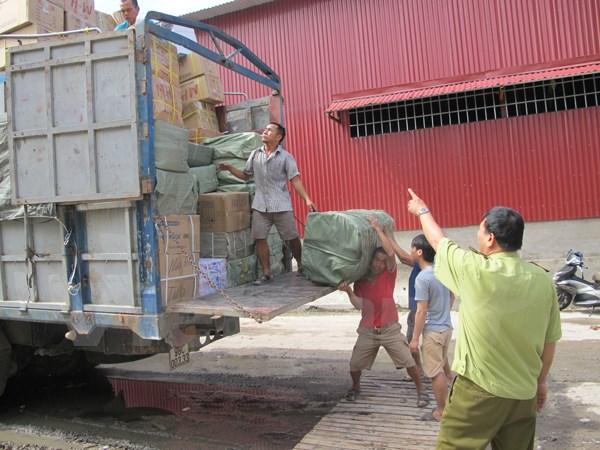 Bắt giữ các đối tượng buôn lậu trong dịp tết Nguyên Đán. (Ảnh: Đức Duy/Vietnam+)