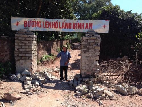 Người dân búc xúc xây cổng trên một con đường lên thôn Bình An chặn ô tô tải gây ô nhiễm môi trường.