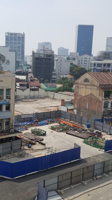 Trên công trường thi công nhà ga ngầm tuyến metro số 1. Những con đường bao quanh dự án trở nên kẹt xe trầm trọng.