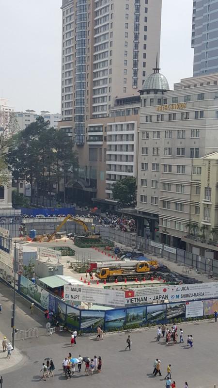 Công trường trước nhà hát Sài Gòn. Trong tương lai, nơi đây sẽ là một đại trung tâm mua sắm, vui chơi giải trí sâu 7 tầng dưới lòng đất.