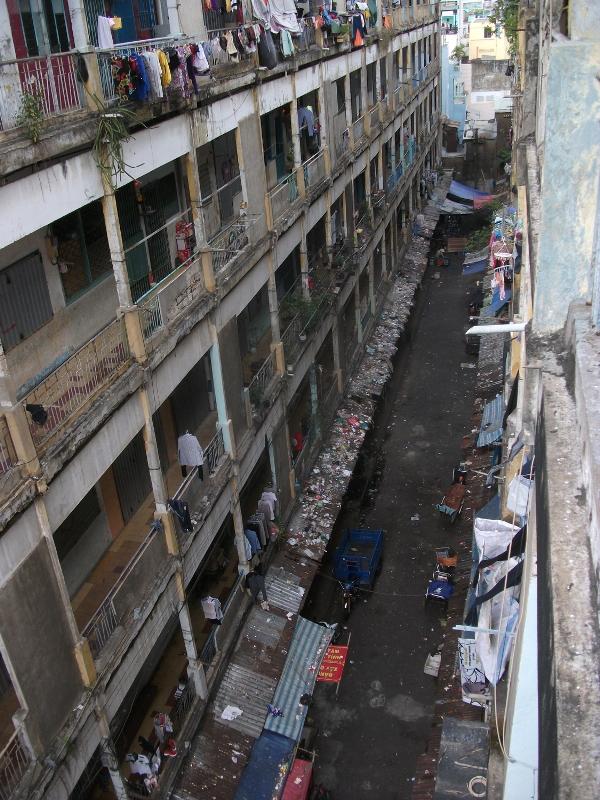 Dễ nhận thấy nhất là nhiều vách tường đã bị nứt, bê-tông bong tróc khắp nơi, điều kiện vệ sinh không bảo đảm. Tuy nhiên, điều đáng lo ngại là chung cư này được cảnh báo sẽ có nguy cơ sập bất cứ lúc nào.