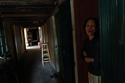 14 hộ gia đình (hơn 30 nhân khẩu) tại tầng 4 nhà A2 Giảng Võ nhưng chỉ có 6 buồng vệ sinh. Chung cư A2 do Trung Quốc xây dựng từ năm 1961, nằm trong số 39 chung cư (khoảng 100 đơn nguyên) xếp hạng C về mức độ nguy hiểm.