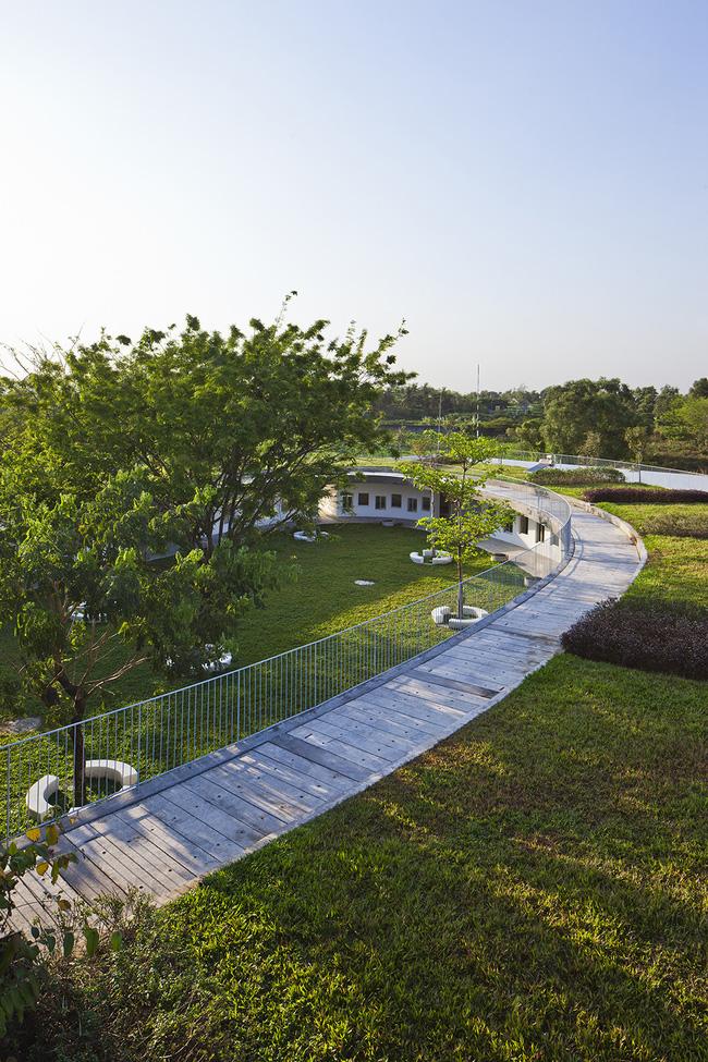 <br />Với ý tưởng thiết kế một công trình xanh, bền vững cho các em nhỏ, các nhà thiết kế đã biến nơi đây trở thành một môi trường an toàn và giáo dục cho các em về tầm quan trọng của nông nghiệp<br />