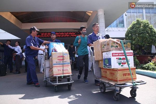 Nhân viên hỗ trợ người dân tiến hành lên xe khách trung chuyển ra ga Biên Hòa.