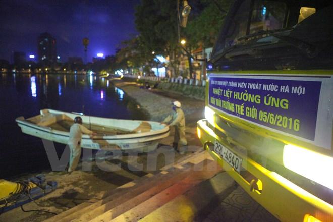 Theo một số công nhân công ty thoát nước Hà Nội cho biết, để xử lý được hết lượng cá chết trong hồ phải mất 2 ngày. (Ảnh: Minh Sơn/Vietnam+)